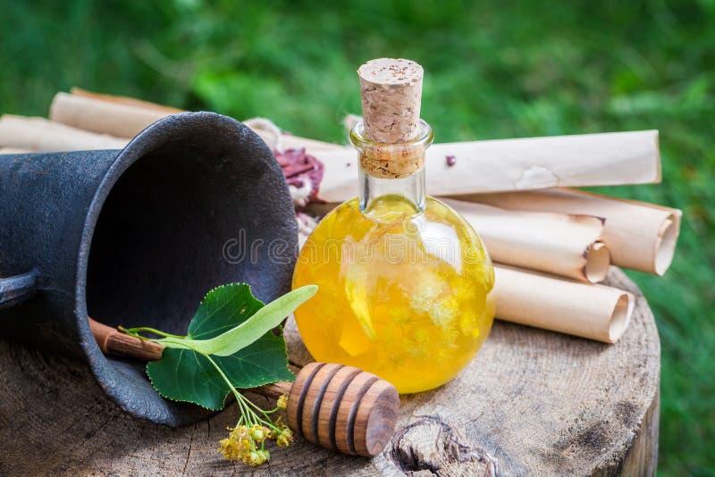 Gezonde en eigengemaakte likeur met honing, linde en alcohol stock afbeeldingen