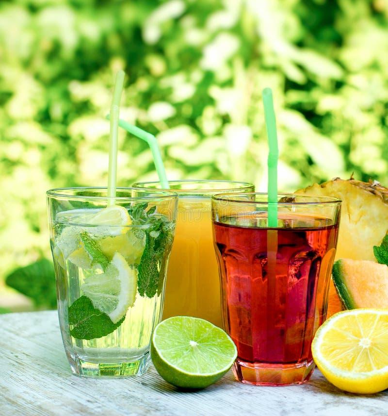 Gezonde en verfrissende die drankendranken met verse organische vruchten worden gemaakt stock afbeeldingen