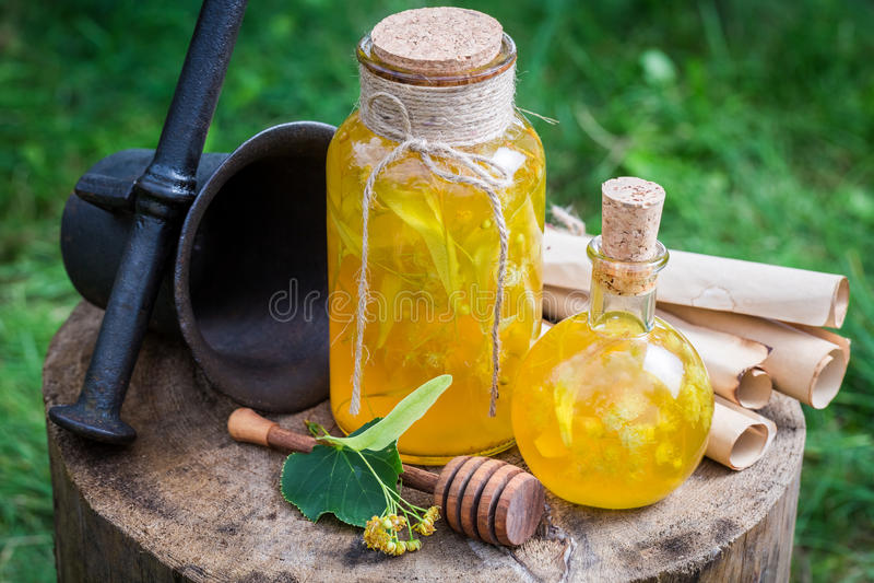 Gezonde en zoete likeur met honing, linde en alcohol royalty-vrije stock afbeelding