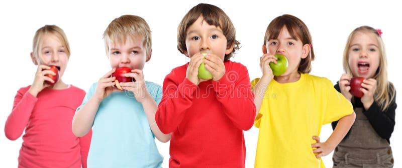 Gezonde etende die groep de appelfruit van jonge geitjeskinderen op wit wordt geïsoleerd royalty-vrije stock foto