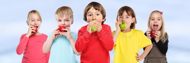 Gezonde etende groep de banner van het de appelfruit van jonge geitjeskinderen copyspace royalty-vrije stock fotografie