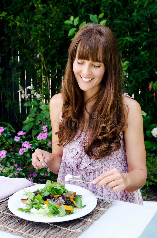 Gezonde etende levensstijlvrouw die salade hebben in openlucht royalty-vrije stock foto