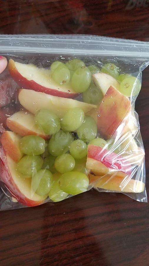 Gezonde fruitsnacks voor jonge geitjes stock foto's