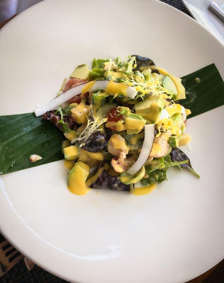 Gezonde Geroosterde Kip Caesar Salad met Kaas, Tomaten, Avoc stock afbeelding