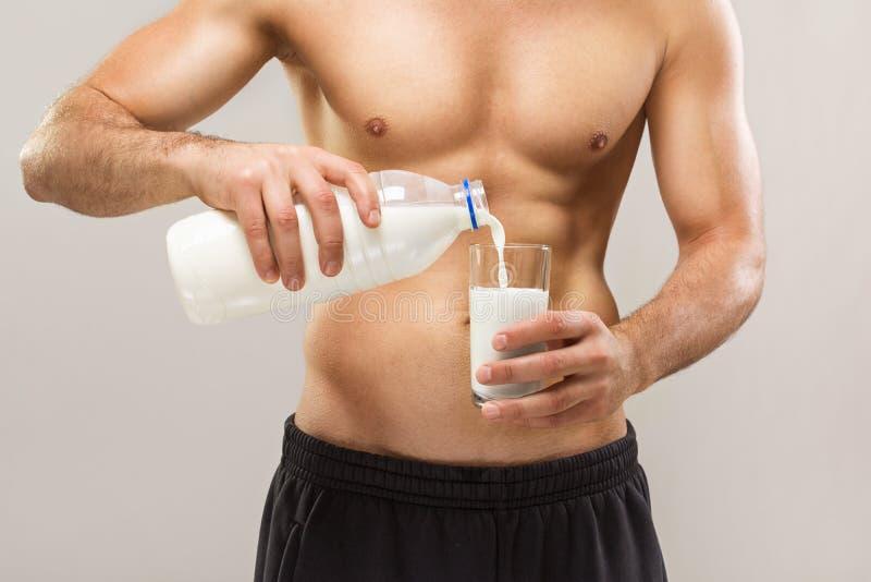 Gezonde geschikte spier shirtless mensen gietende melk royalty-vrije stock foto's