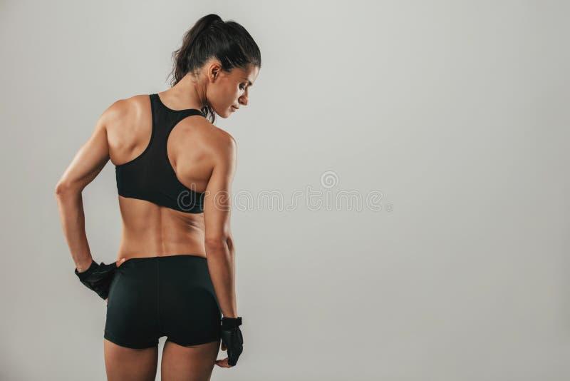 Gezonde geschikte sterke jonge vrouw in sportkleding stock foto