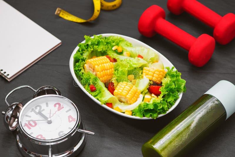Gezonde geschiktheidsmaaltijd met verse salade Het concept van het dieet royalty-vrije stock afbeelding