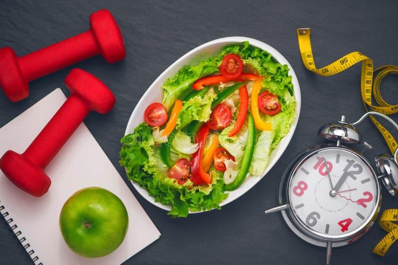 Gezonde geschiktheidsmaaltijd met verse salade Het concept van het dieet royalty-vrije stock fotografie