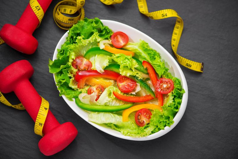 Gezonde geschiktheidsmaaltijd met verse salade Het concept van het dieet royalty-vrije stock foto