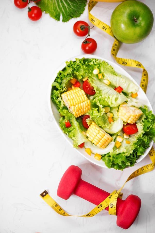 Gezonde geschiktheidsmaaltijd met verse salade Het concept van het dieet stock foto