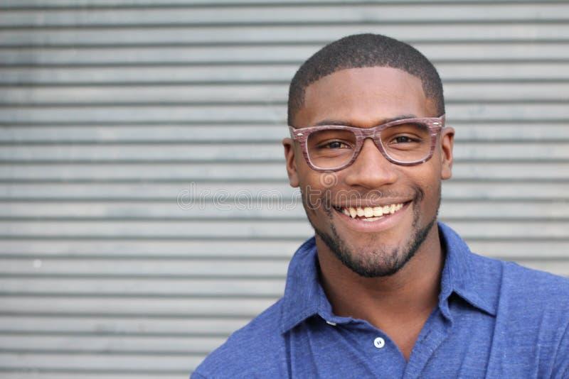 Gezonde glimlach Het witten van tanden Mooi het Glimlachen Jonge mensenportret dicht omhoog Over moderne grijze achtergrond Lache stock foto's