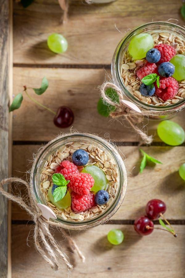 Gezonde granola die van yoghurt en verse bessen wordt gemaakt royalty-vrije stock afbeeldingen
