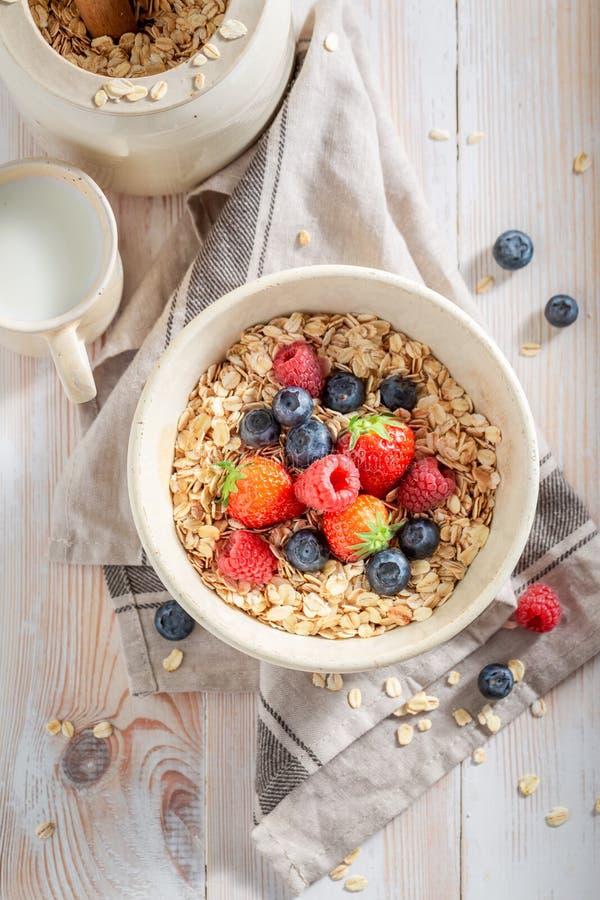 Gezonde granola met bessen voor ontbijt stock foto's