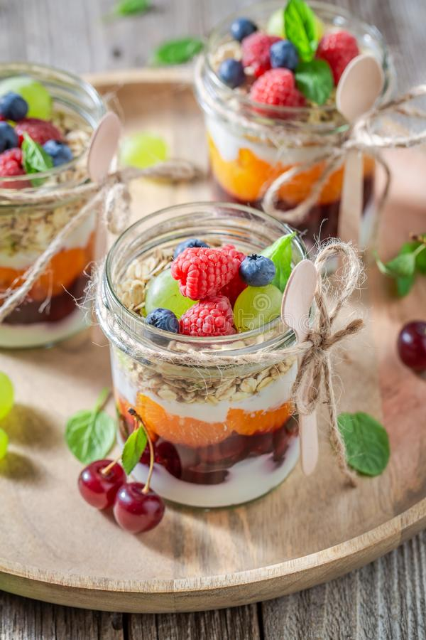 Gezonde granola met verse bessen en yoghurt in kruik royalty-vrije stock foto's