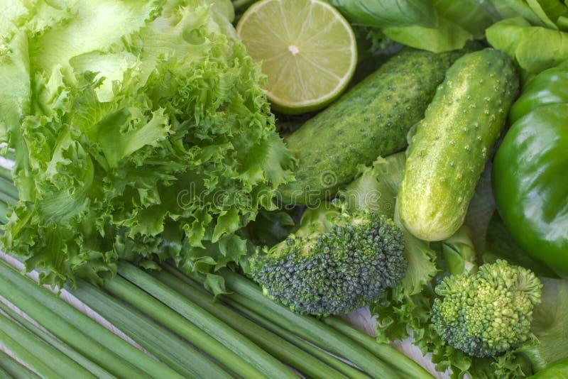 Gezonde groene groenten: broccoli, sla, uien en kalk stock fotografie