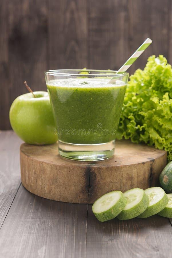 Gezonde groene groenten en groen fruit smoothie op rustiek hout royalty-vrije stock fotografie