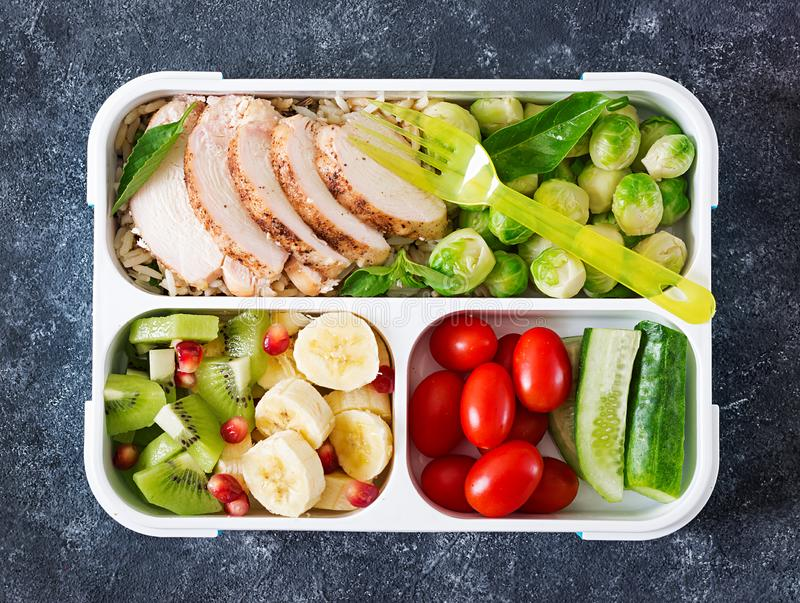 Gezonde groene maaltijd prep containers met kippenfilet, rijst, spruitjes royalty-vrije stock foto's