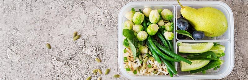 Gezonde groene maaltijd prep containers met kippenfilet, rijst, spruitjes stock afbeelding