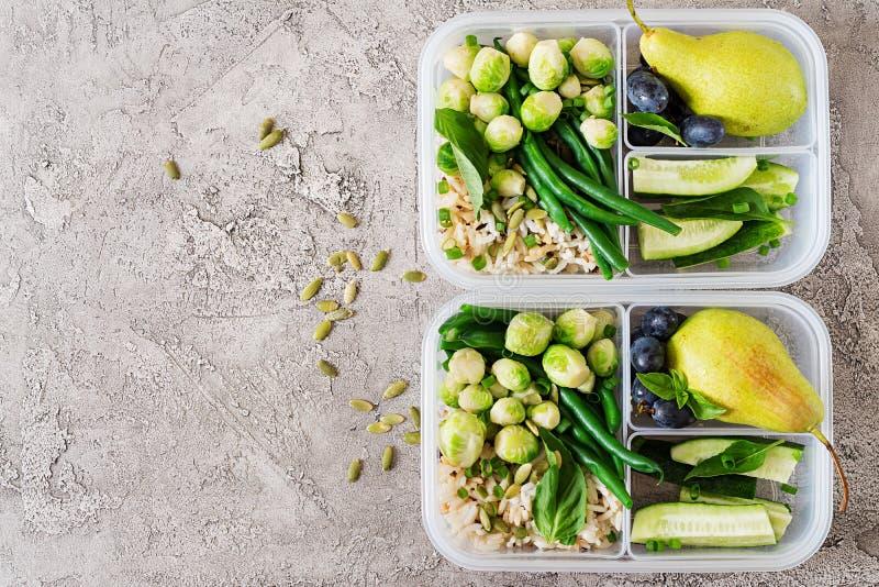 Gezonde groene maaltijd prep containers met kippenfilet, rijst, spruitjes stock fotografie