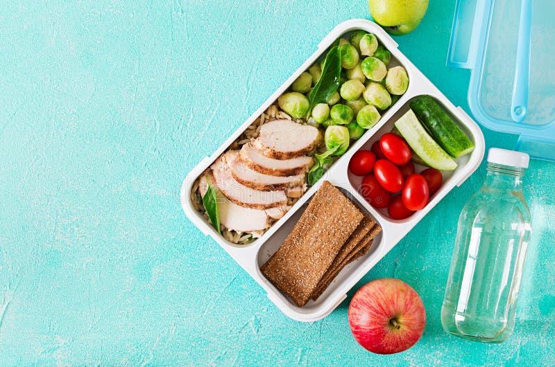 Gezonde groene maaltijd prep containers met kippenfilet, rijst, spruitjes en groenten stock foto's