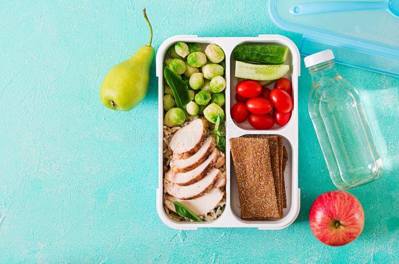 Gezonde groene maaltijd prep containers met kippenfilet, rijst, spruitjes en groenten stock afbeeldingen