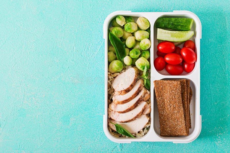 Gezonde groene maaltijd prep containers met kippenfilet, rijst, spruitjes en groenten stock foto