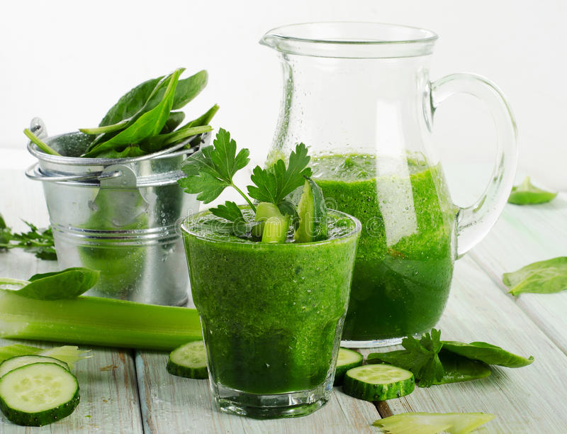 Gezonde groene smoothie stock foto's