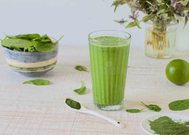 Gezonde groene smoothie in een glas royalty-vrije stock fotografie