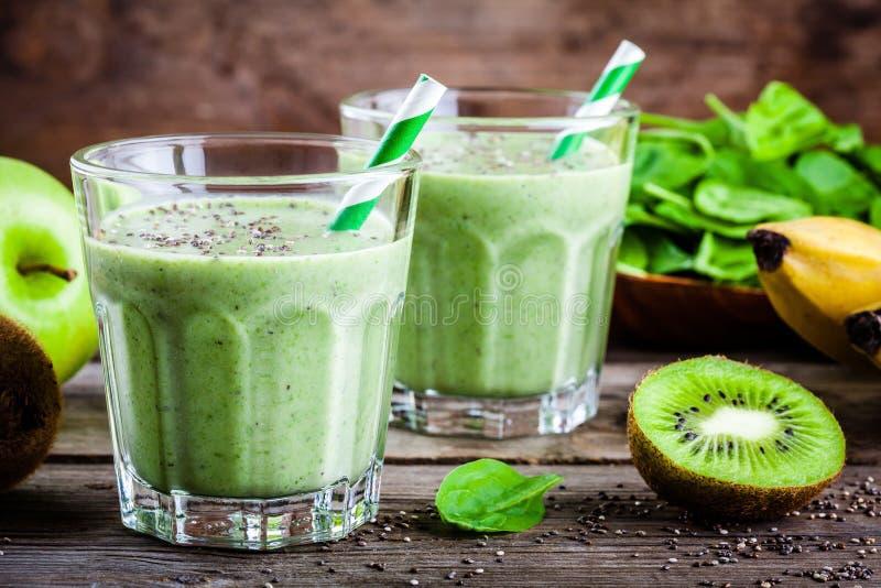 Gezonde groene smoothie met appelen, banaan, kiwi, avocado, spinazie en chiazaden in glas royalty-vrije stock afbeeldingen