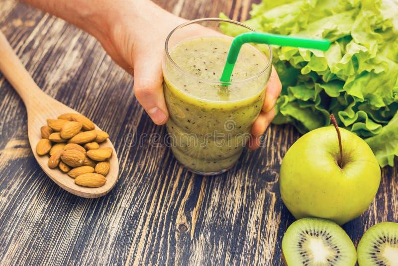Gezonde groene smoothie met kiwi, appel op rustieke houten achtergrond stock foto