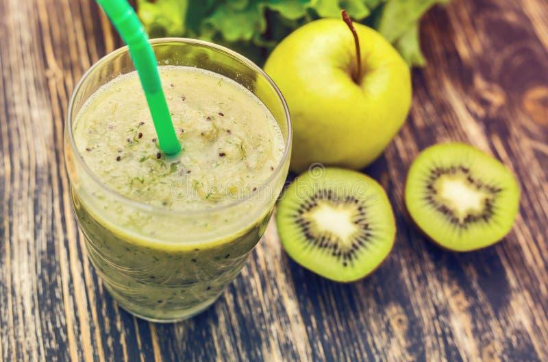 Gezonde groene smoothie met kiwi, appel op rustieke houten achtergrond, hoogste mening royalty-vrije stock foto's