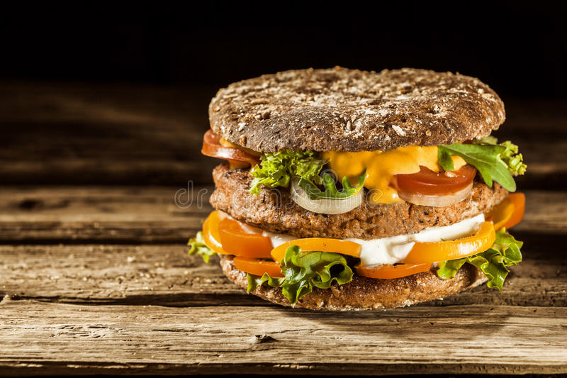 Gezonde Hamburger op Geheel Korrelbroodje stock foto