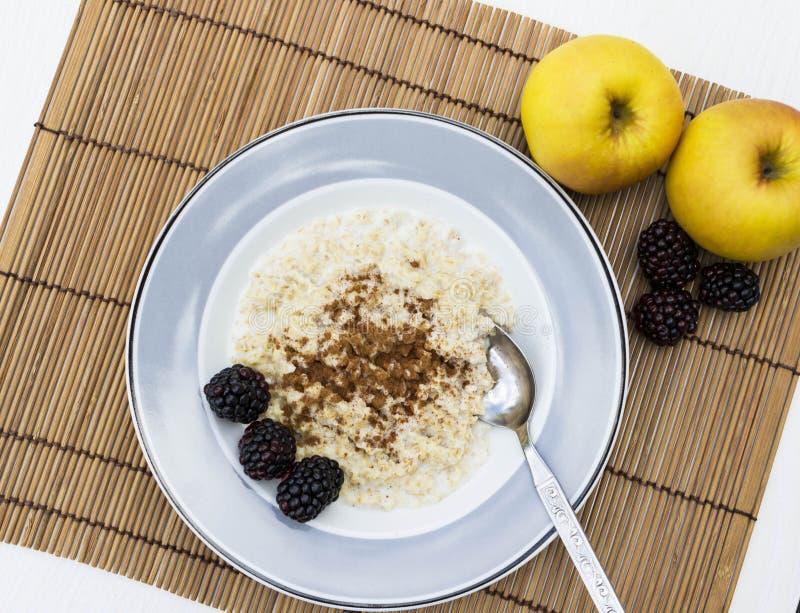 Gezonde havermoutpap voor ontbijtstilleven stock afbeeldingen