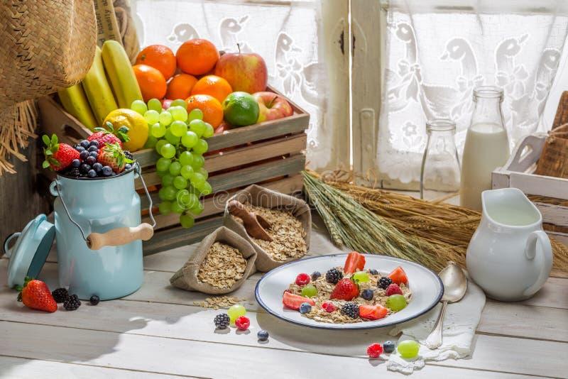 Gezonde havervlokken met verse vruchten voor ontbijt royalty-vrije stock fotografie