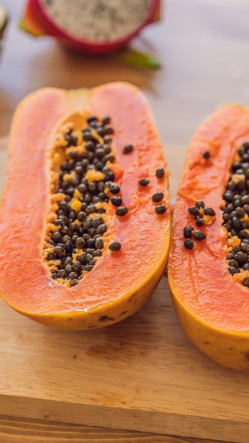 Gezonde het eten achtergrond van verschillende vruchten op oud houten lijst VERTICAAL FORMAAT voor de het mobiele verhaal of verh stock afbeeldingen