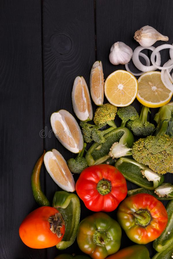 Gezonde het eten achtergrondstudiofotografie van verschillende vruchten en groenten op oude houten lijst royalty-vrije stock afbeeldingen