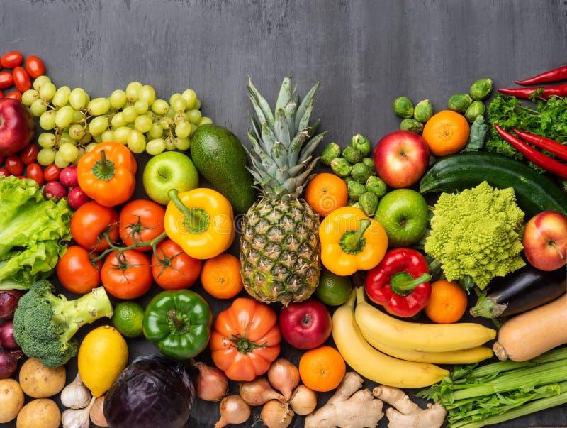 Gezonde het eten ingrediënten: verse groenten, vruchten en superfood Voeding, dieet, het concept van het veganistvoedsel royalty-vrije stock foto's