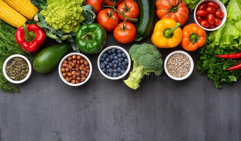 Gezonde het eten ingredi?nten: verse groenten, vruchten en superfood Voeding, dieet, het concept van het veganistvoedsel royalty-vrije stock afbeeldingen