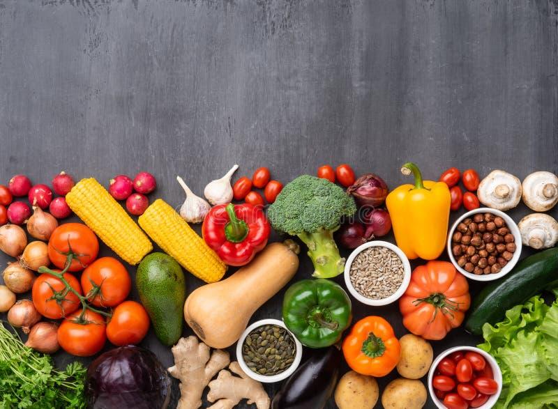 Gezonde het eten ingredi?nten: verse groenten, vruchten en superfood Voeding, dieet, het concept van het veganistvoedsel stock foto
