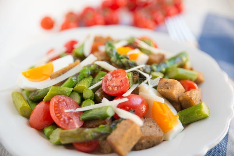 Gezonde Italiaanse Salade met asperge stock foto's
