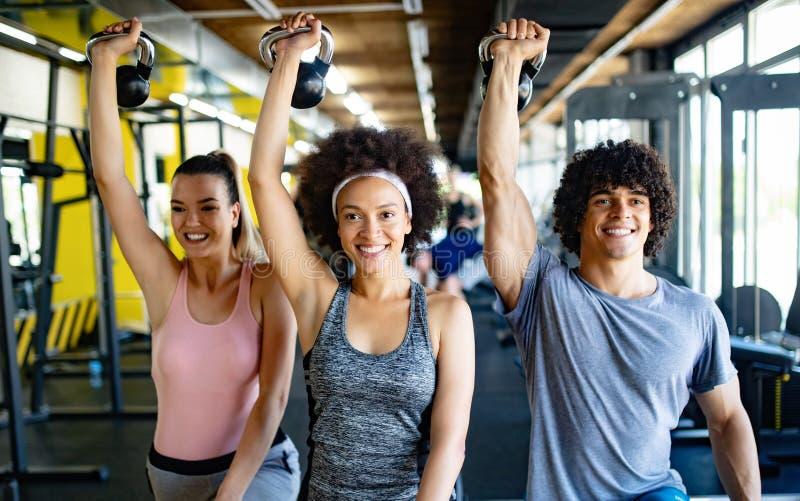 Gezonde jonge atleten die oefeningen doen bij geschiktheidsstudio stock afbeelding