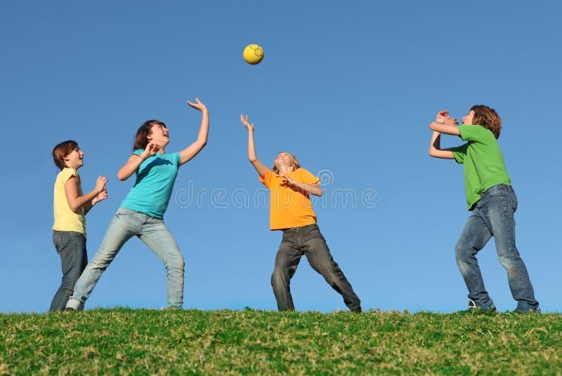 Gezonde jonge geitjes die bal in openlucht spelen royalty-vrije stock afbeeldingen