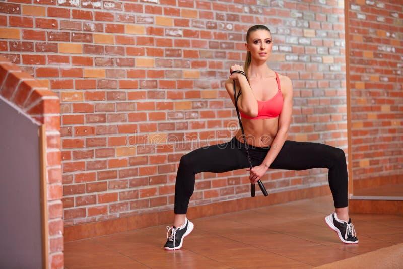 Download Gezonde Jonge Vrouw Met Springtouw Stock Afbeelding - Afbeelding bestaande uit gezond, sport: 54080531