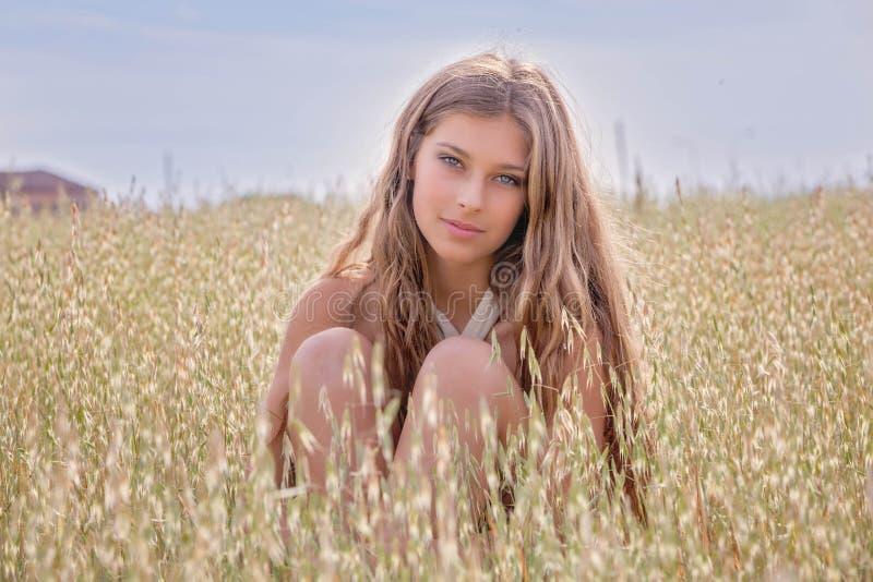 Gezonde jonge vrouw op het gebied van de de zomertarwe stock afbeeldingen