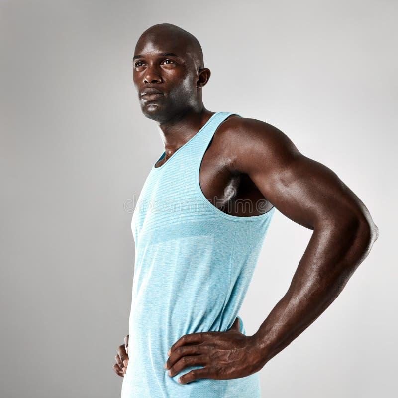 Gezonde jonge zwarte mens met spierlichaam stock fotografie