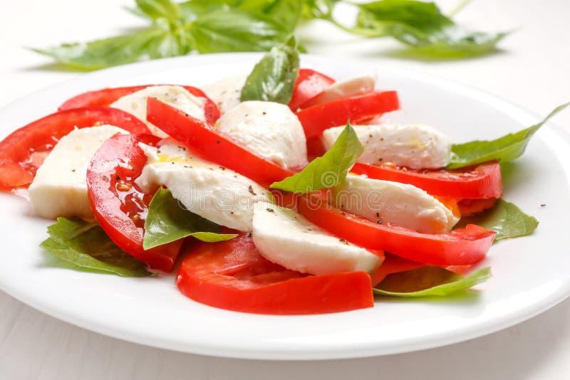 Gezonde Klassieke Caprese-Salade met Mozarellakaas, Tomaten en Basilicum royalty-vrije stock foto's
