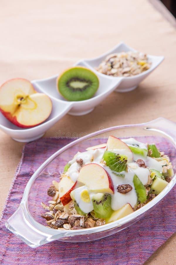 Gezonde kom muesli, appel, fruit, noten en melk voor een nutrit royalty-vrije stock afbeelding