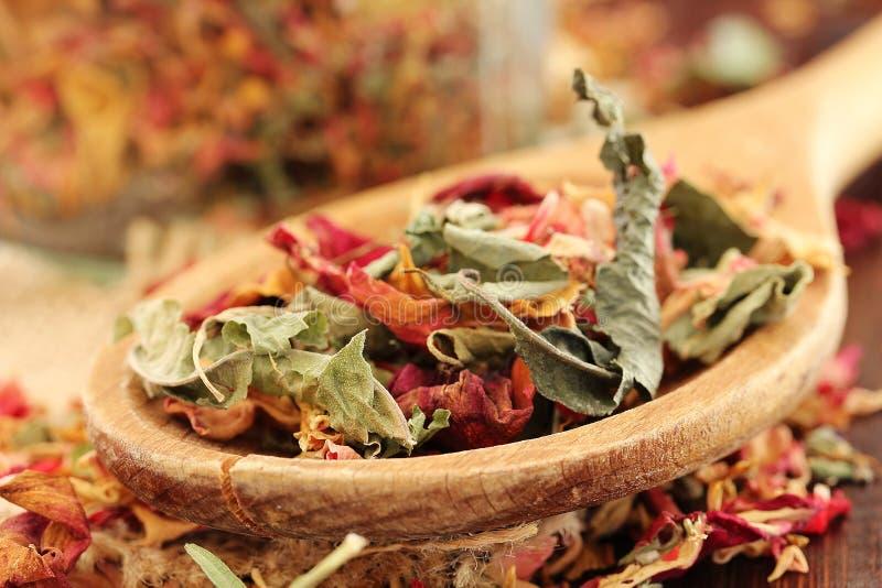 Gezonde kruiden droge Thee met roze bloemblaadjes royalty-vrije stock afbeeldingen