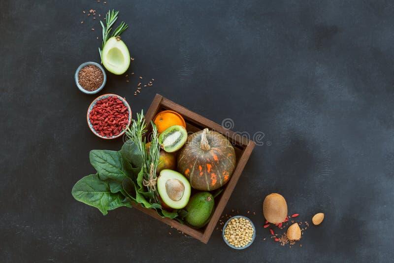 Gezonde landbouwersnatuurvoeding: fruit, groenten, zaden, superfood stock foto's