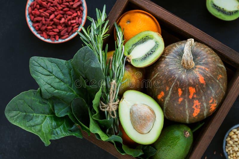 Gezonde landbouwersnatuurvoeding: fruit, groenten, zaden, superfood stock afbeelding